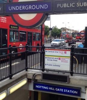 Notting Hill Gate Tube Station 入り口の案内