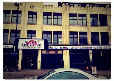 昔工場か倉庫だった建物です。