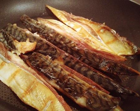 油は不要!焼いているうちに旨味たっぷりの油が鯖から出てきます