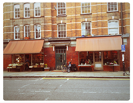 右がカフェで、左隣は八百屋(?)